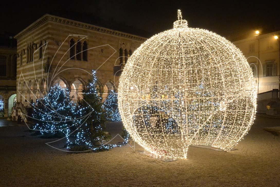 Sfere luminose natalizie giganti
